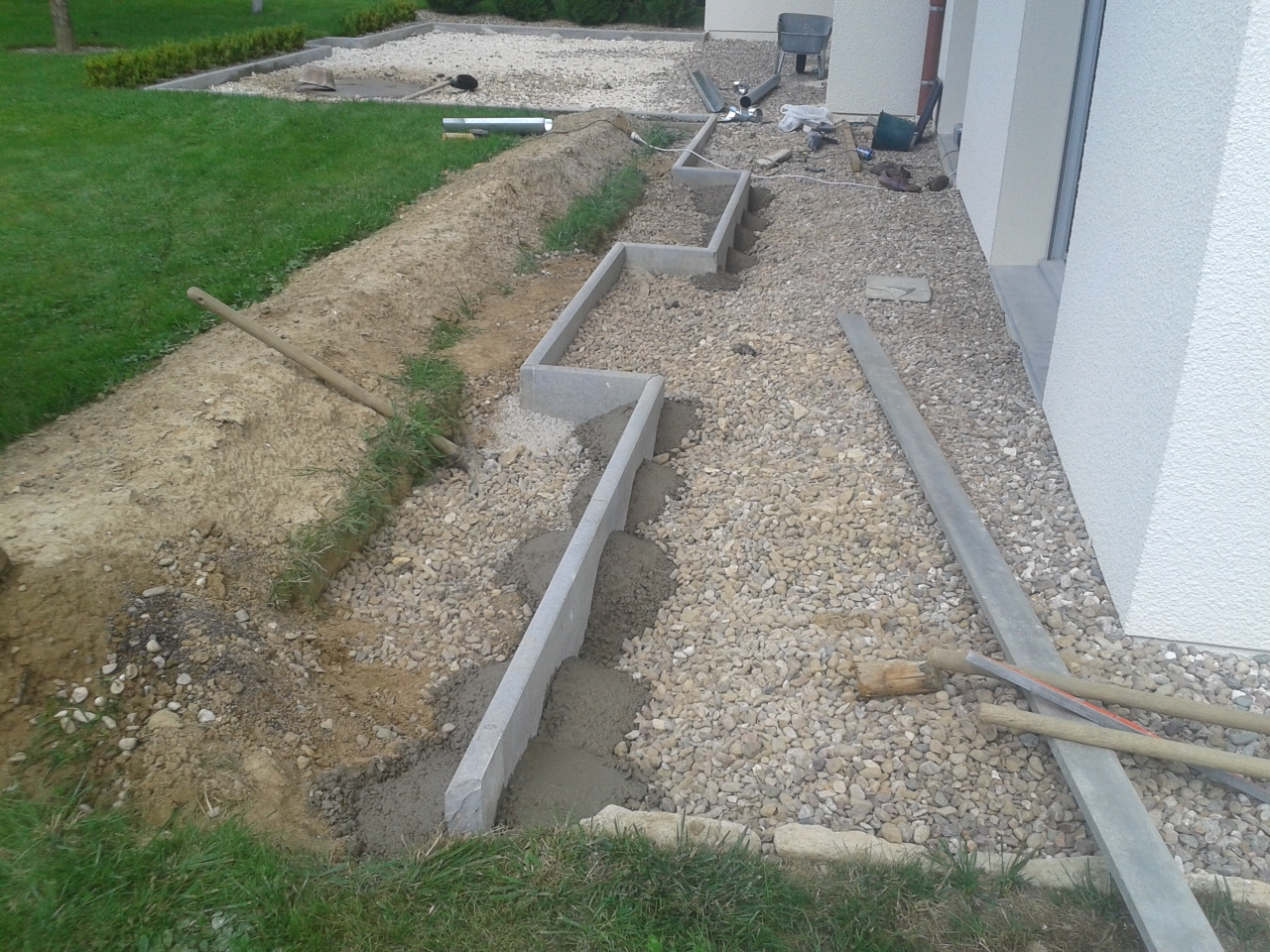 Bordure droite beton interesting prix bordure p with for Borduras jardin