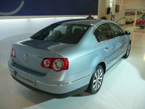 800px-2007-2008_Volkswagen_Passat_VI_BlueMotion_sedan_03