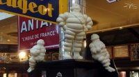 Bar_LeClairon_PdesLilas_statues_Michelin_z