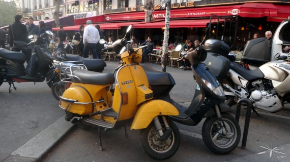 Scooter_Vespa_orange_Bastille