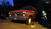 ep_Ford_F-100_pickup_rouge_BB_nuit