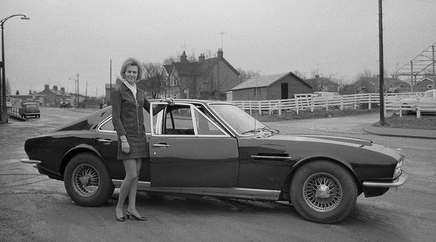 Pat Brown pose à côté d'une Lagonda, l'automobile personnelle de David Brown, Président d'Aston