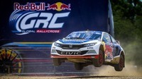 Honda Civic X Red Bull en vol 2