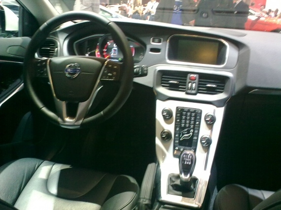 De la v40 v40r design v40cross country 2012 le for Interieur xc40