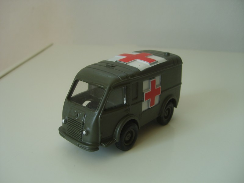 Renault Goelette ambulance militaire          Dinky Toys