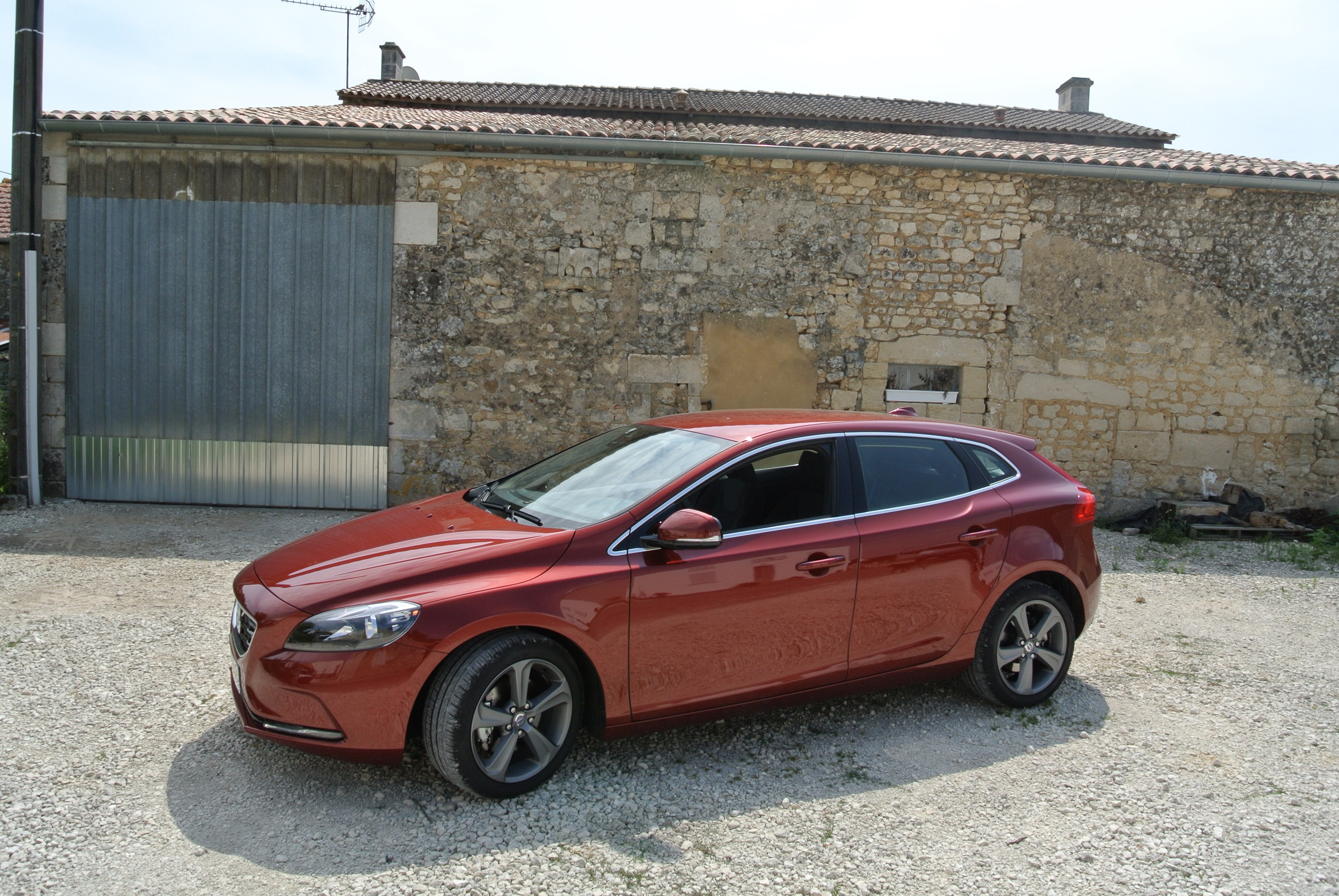 volvo v40 t3 rouge flamenco pr sentation page 2 volvo forum marques. Black Bedroom Furniture Sets. Home Design Ideas
