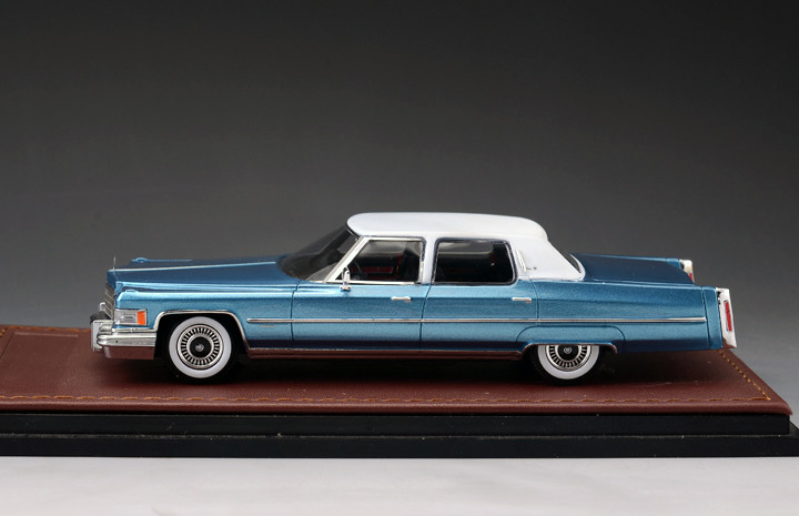 Cadillac Fleetwood '76 Brougham 2-Tone Crystal Blue & White_GLM124701