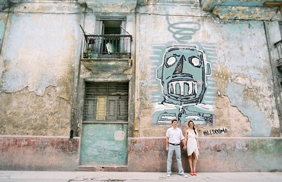 cuba-couple-old-wall killdogme