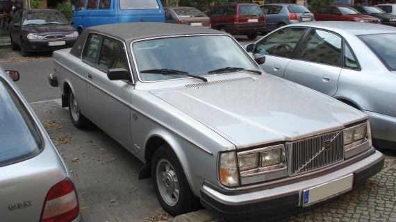 Silver_volvo_262_front