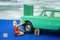 1-43 Handpainted pin-up girl figure – How to remove this wheel