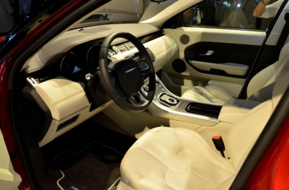 Evoque rouge prestige int rieur beige 2 lesmanus for Interieur range rover evoque