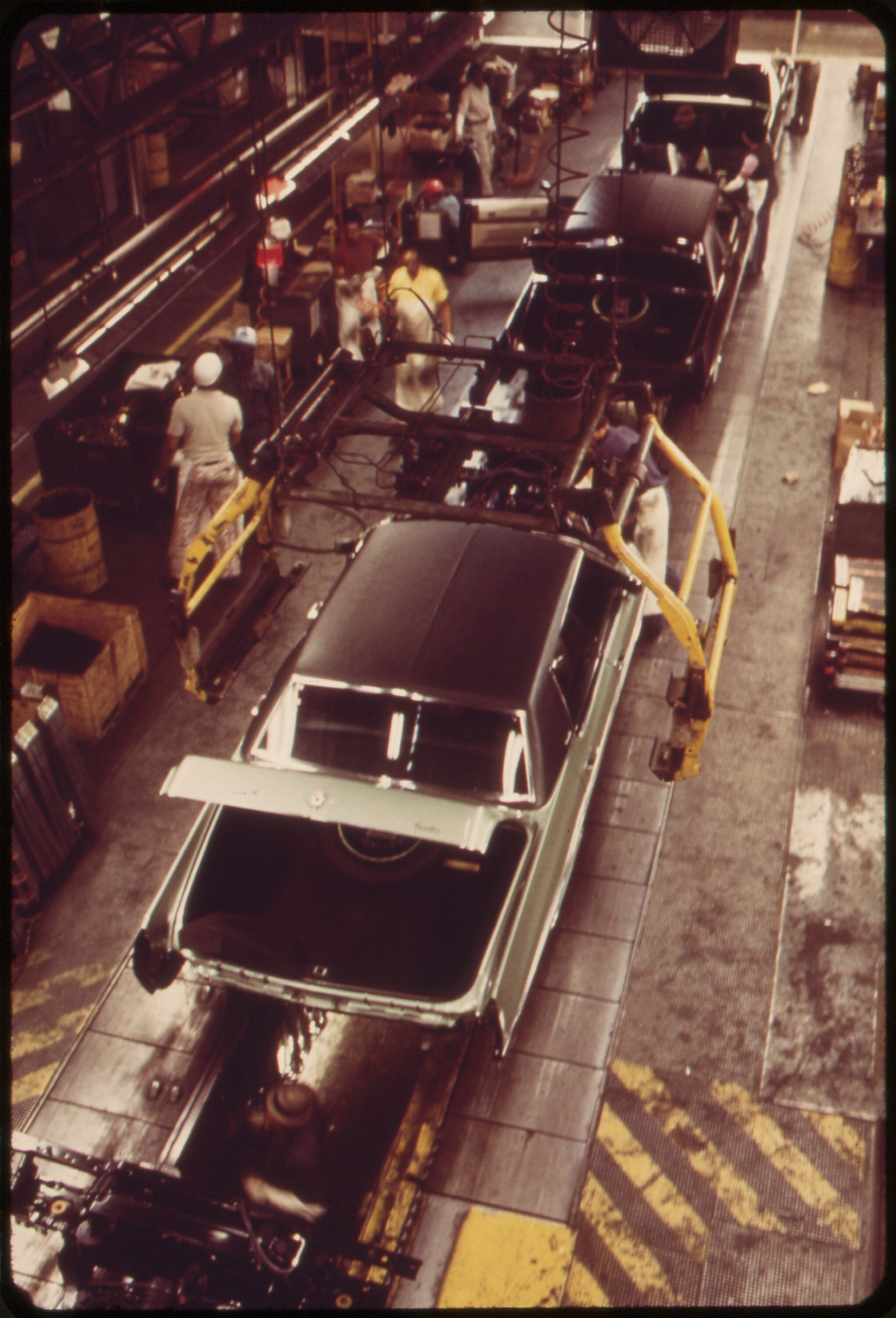 ON_THE_CADILLAC_ASSEMBLY_LINE-THE_BODIES_HAVE_BEEN_DROPPED_ONTO_THE_FRAMES_-_NARA_-_549724