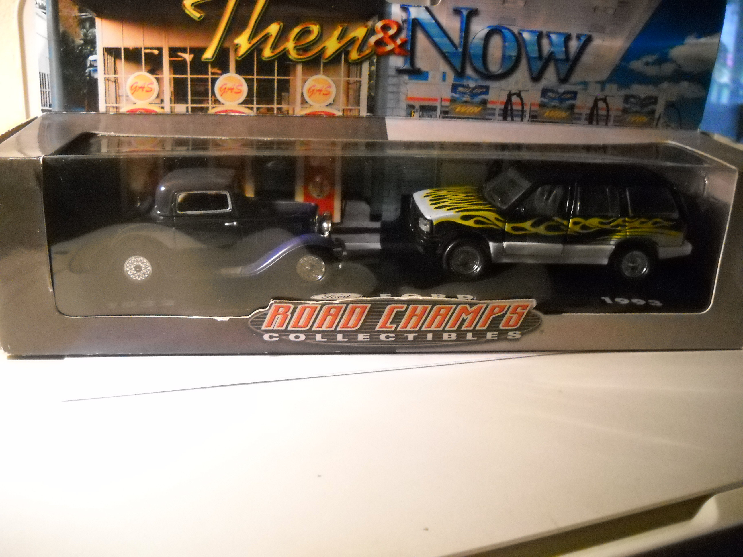 Ford rod 1932 et Explorer 1993 Road Champs 1/43