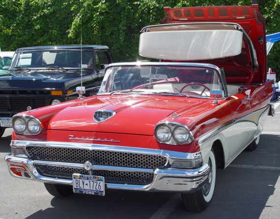 1958-Ford-Fairlane-500-Skyliner-red-wht-tu-sy