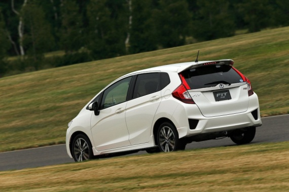2014-Honda-Fit-Jazz-63[2]