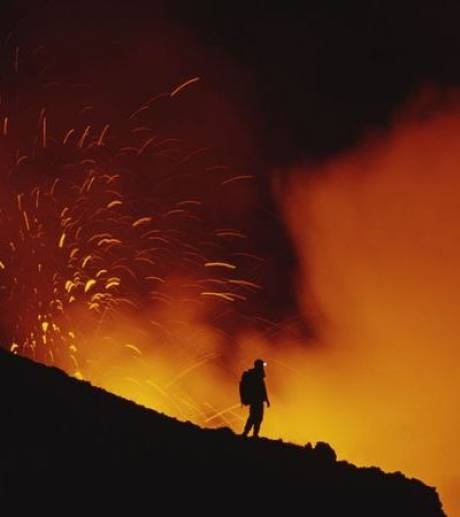 un-scientifique-observe-une-eruption-de-l-etna-volcan-situe-en-sicile_15700_w460